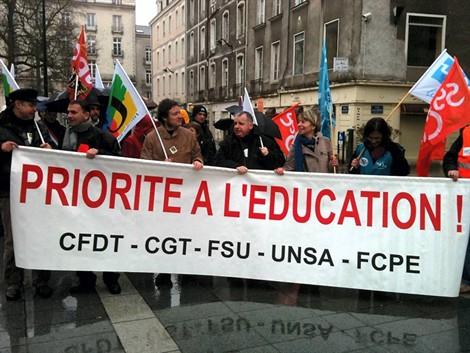Enseignants, parents d'élèves, élus ont particpé à la manifestation pour dénoncer la carte scolaire