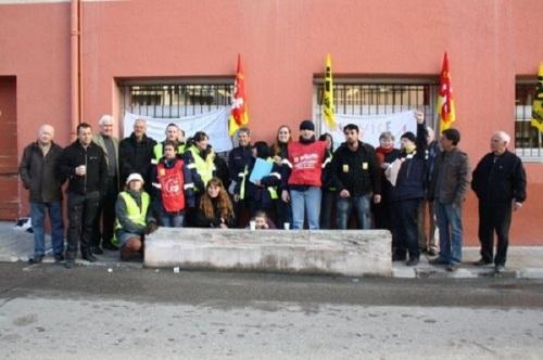 Syndicalistes ou non, élus et usagers ont participé hier à une protestation contre la restructuration de La Poste de Contes. Ils craignent des suppressions d'emplois et une diminution de la qualité du service.O. F.