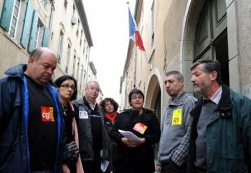 Les représentants des syndicats dénoncent le mutisme de la préfecture./Photo DDM, Jean-Luc Bibal