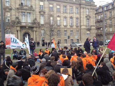 """Devant la préfecture, les manifestants scandent """"une carte étudiant, un titre de séjour"""". (Photo MG)"""