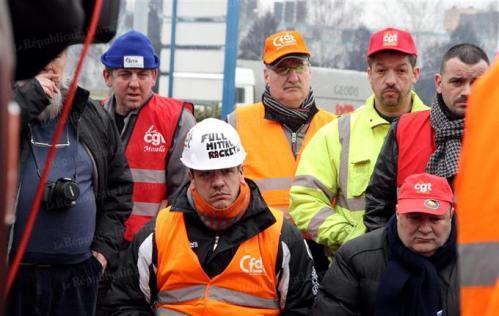 Au portier de l'usine, les militants (FO, CGT, CFDT) et salariés grévistes restent déterminés même si l a CFE-CGC condamne le blocage. Photo Pierre HECKLER