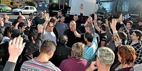 Des dizaines de camions ont été bloqués ou dérouté avant le vote final, hier soir. (© D.R)