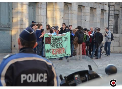 « Libérez Siva ! ». La trentaine de manifestants réunie ce jeudi soir devant la préfecture à Besançon sera-t-elle entendue ? Rien n'est moins sûr. Car Siva Sivasankaran, arrêté à Belfort le 6 mars dernier, a épuisé tous les recours pour éviter l'expulsion.