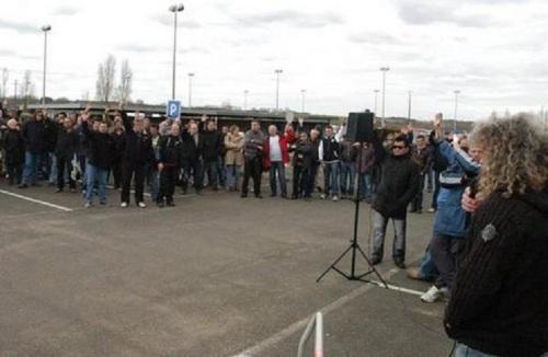 Tony Garrot, délégué CGT à la Fonderie Alu, vient de poser la question de la grève: les salariés la votent à l'unanimité, hier après-midi en assemblée générale devant les grilles de l'usine d'Ingrandes-sur-Vienne.