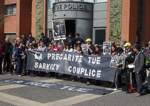 Une manifestation était organisée hier devant le commissariat central de Toulouse pour dénoncer le non-respect de la loi Dalo. Photo / CTI
