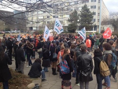 Sur le parvis de la fac de droit, déjà environ 300 personnes (Photo MG)