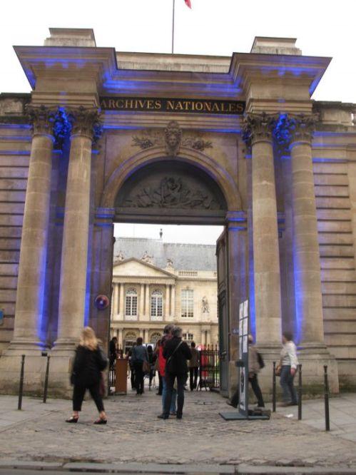 rue des archives (iiie), samedi soir. Plusieurs milliers de personnes ont profité de la Nuit des musées pour visiter l'hôtel de Soubise, qui abrite les Archives nationales.