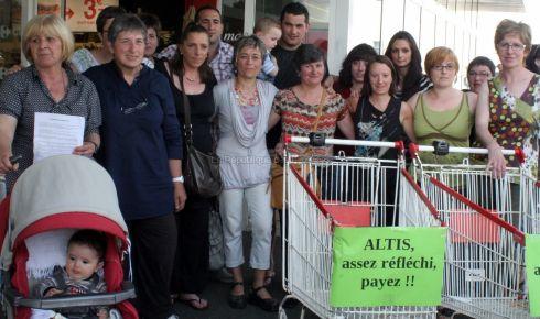 Les salariés grévistes de Carrefour market réclament des arriérés de salaire au groupe Altis.