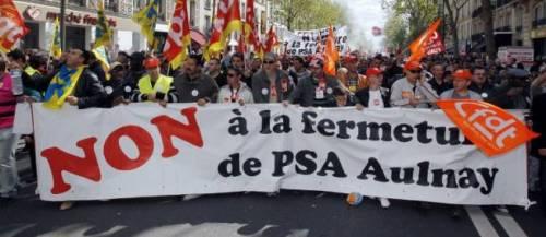 Des salariés de PSA manifestent contre la fermeture du site d'Aulnay-sous-Bois, le 1er mai, à Paris