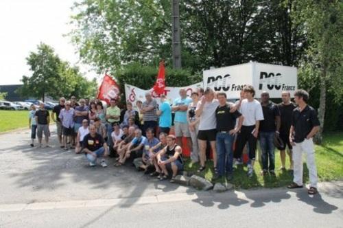 Les grévistes devant les bâtiments de PCC Ogeu.