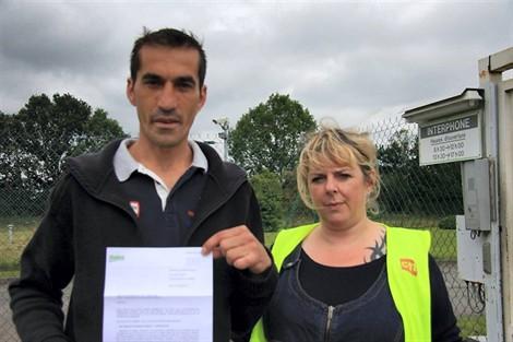 Cet opérateur chez Valéo a reçu sa lettre de licenciement le premier jour de ses vacances. À droite, Christelle Leprince (CGT).