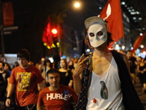 Plus de 300 manifestants ont participé à la 75e manifestation nocturne, pour protester contre l'application de la loi spéciale 78 et la hausse des frais de scolarité, à Montréal, le samedi 7 juillet 2012.