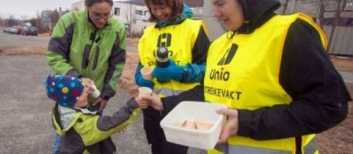 """Le ministère norvégien du Travail a annoncé mardi la fin de la grève des employés du pétrole en Norvège, où les partenaires sociaux avaient été convoqués quelques minutes avant qu'un """"lock-out"""" des sites de production, décidée par l'organisation patronale OLF, n'entre en vigueur."""