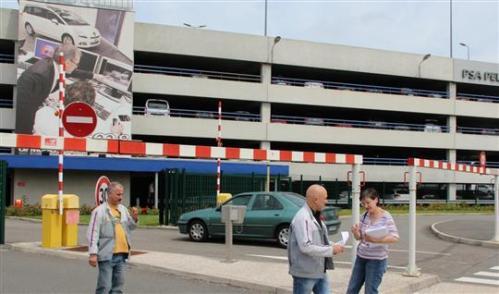 Distribution de tracts à l'entrée de PSA Peugeot Citroën par de nombreux militants du CHBM.
