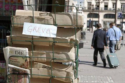 Le stand d'un kiosque à journaux à Paris, un jour de grève