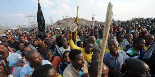 Rassemblement à la mine Marikana, le 23 août, après les funérailles des victimes.