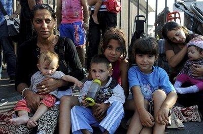 Ce matin, des familles Roms avec de jeunes enfants refusaient de quitter l'unité d'hébergement d'urgence de la Madrague-Ville où leur accueil n'est plus assuré en journée.