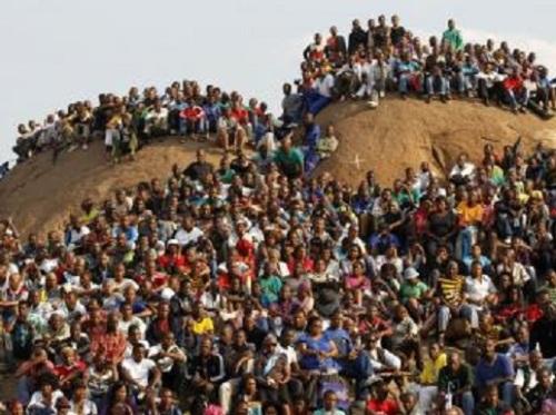 La communauté minière sur le site de Marikana surnommée la «Colline de l'horreur » lors de l'hommage rendu aux 34 mineurs tués par la police, le 23 août 2012.