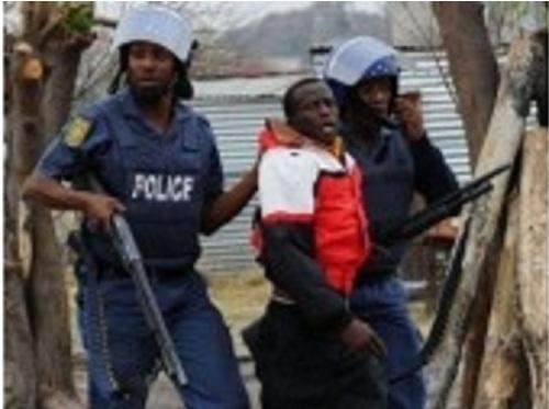 La police a tiré samedi des gaz lacrymogènes et des balles en caoutchouc pour disperser un rassemblement de plusieurs centaines de mineurs près de la mine de platine en grève de Marikana, a constaté un photographe de l'AFP sur place.