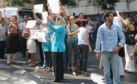 Des fonctionnaires en grève, devant le ministère de l'Information et du Tourisme.