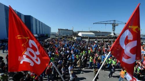 Une manifestation devant l'entrée des chantiers STX de Saint-Nazaire, le 23 mai 2012.
