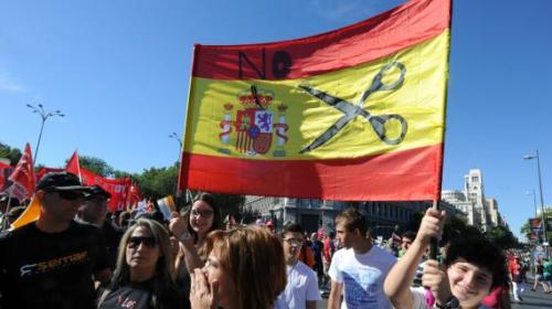 Des manifestants protestent contre les coupes budgétaires du gouvernement espagnol, le 15 septembre 2012 à Madrid.