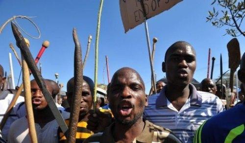 Des mineurs sud-africains de la mine de Marikana manifestent, le 10 septembre 2012, pour réclamer des hausses de salaire