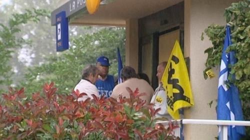 Les salariés de la Poste ont protesté le 24 septembre 2012 devant la poste de Panazol contre la suppression de 3 postes de guichetiers