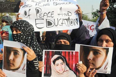 Manifestation mercredi à Lahore au Pakistan en soutien à Malala Yousafzai, 14 ans, victime d'une attaque par un activite taliban la veille