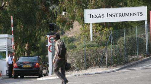 Devant le site Texas Instruments de Villeneuve-Loubet (Alpes-Maritimes), le 21 octobre 2008.(PATRICE LAPOIRIE / MAXPPP)