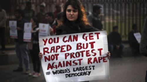 """Une manifestante tient une affiche sur laquelle il est écrit : """"Tu peux être violée, mais pas manifester contre le viol. Plus grande démocratie du monde"""". New Delhi, le 27 décembre 2012.(ALTAF QADRI / AP / SIPA)"""