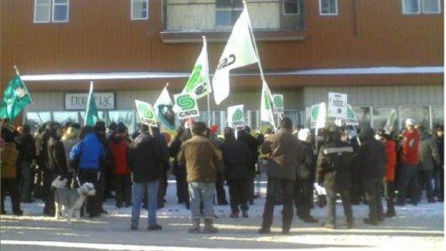 Une manifestation devant le bureau de comté de Denis Lebal