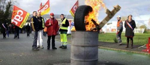 Des salariés en grève bloquaient l'accès à l'usine d'ArcelorMittal de Basse-Indre en Loire-Atlantique, ce lundi matin.