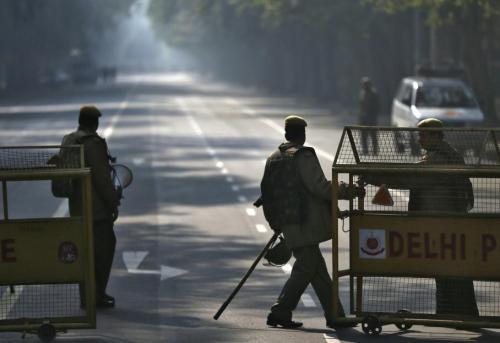 Craignant des débordements en marge des manifestations, la police a lancé un appel au calme, bouclé plusieurs quartiers de Delhi et déployé des centaines de policiers dans la capitale. AHMAD MASOOD / REUTERS