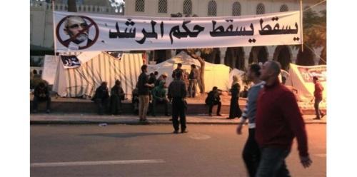 Opposants à Mohamed Morsi devant le palais présidentiel au Caire. Défenseurs et adversaires du projet de nouvelle constitution voulue par le président égyptien ont prévu de manifester mardi dans le centre de la capitale, ranimant la crainte d'affrontements meurtriers semblables à ceux de la semaine passée. /Photo prise le 10 décembre 2012/REUTERS/Mohamed Abd El Ghany (c) Reuters