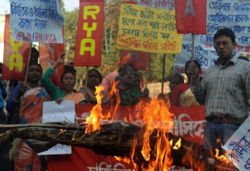 """Comme ici à Siliguri, où les manifestants ont brûlé l'effigie du Premier ministre, le mouvement de protestation contre les abus visant les femmes condamne l'attitude des autorités. Dans le même temps, le Premier ministre Manmohan Singh assure que la mort de l'étudiante """"n'aura pas été vaine"""", souhaitant que les """"émotions et énergies"""" déclenchées par l'événement soient utilisées de manière """"constructive"""". DIPTENDU DUTTA / AFP"""