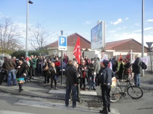 A l'angles des rues Vincent Faita et de Sully, les manifestants protestaient contre le chômage et la précarité. Photo Objectif Gard