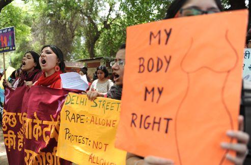 «Mon corps, mon droit», pouvait-on lire sur les pancartes des manifestantes. Crédits photo : SAJJAD HUSSAIN/AFP