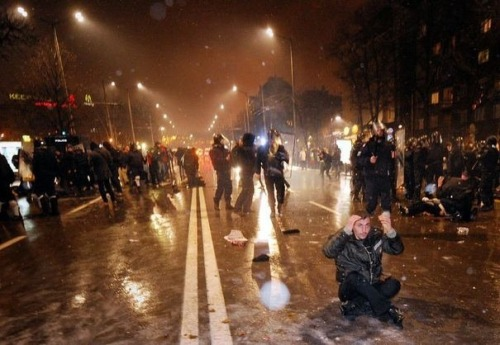Heurts entre manifestants et police lors de manifestations contre le prix trop élevé de l'électricité, le 19 février 2013 à Sofia, en Bulgarie, afp.com/Nikolay Doychinov