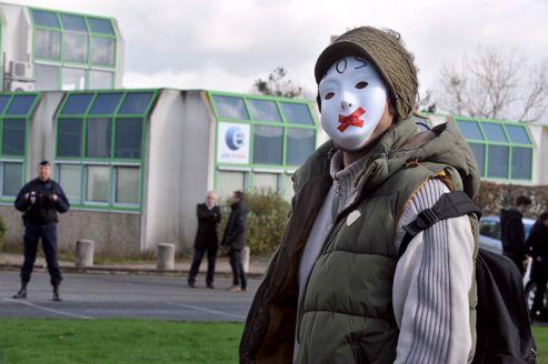 Un homme prend part à un rassemblement, le 14 février 2013, à Nantes, pour rendre hommage au chômeur qui s'est immolé la veille.