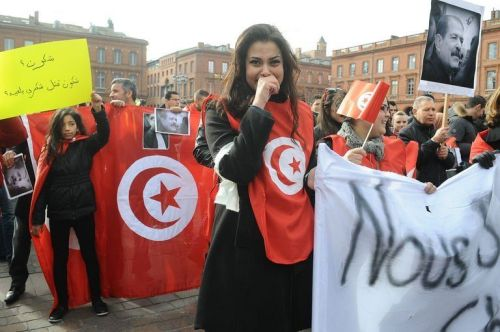 Drapeaux tunisiens et émotion à la manifestation en mémoire de Chokri Belaïd, le 9 février 2013 à Toulouse