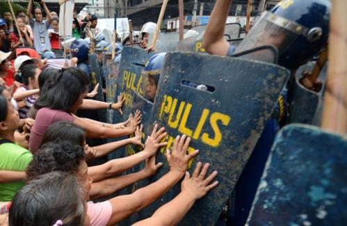 Affrontements entre flics et manifestantes à Manille