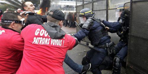 Affrontements entre des salariés de Goodyear et des CRS, le 7 mars à Rueil-Malmaison.