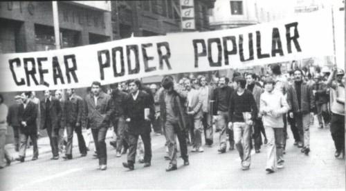 Manifestation du 1 mai 1973 à Santiago (Chili). Unis mais sans armes, les travailleurs chiliens subirons la violence de la dictature de Pinochet