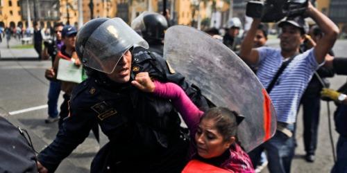 Violente confrontation jeudi 30 mai entre manifestants et policiers devant le palais présidentiel, en marge d'une mobilisation de fonctionnaires d'Etat protestant contre un projet de loi visant à limiter le droit des travailleurs.
