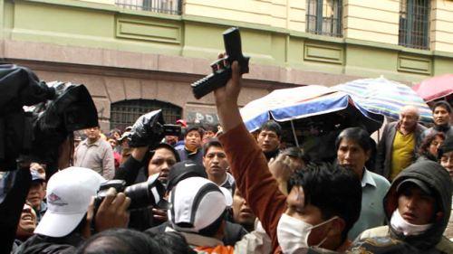 Désarmement d'un policier en civil infiltré dans la manif