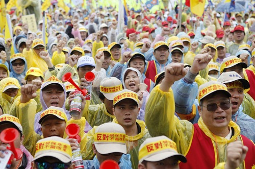 Over 20,000 workers stage a protest in Taipei, Taiwan