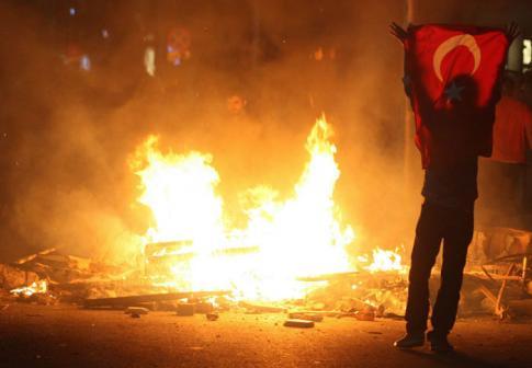Istanbul, Turquie – Manifestation près de la place Taksim dans la nuit du dimanche 2 au lundi 3