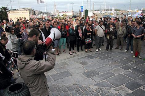 Le représentant des AntiFa de Rennes, face au public réuni devant la porte Saint-Vincent.