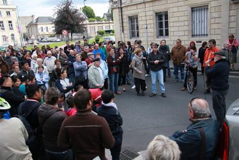 Environ 200 personnes sont réunies devant la préfecture de région.